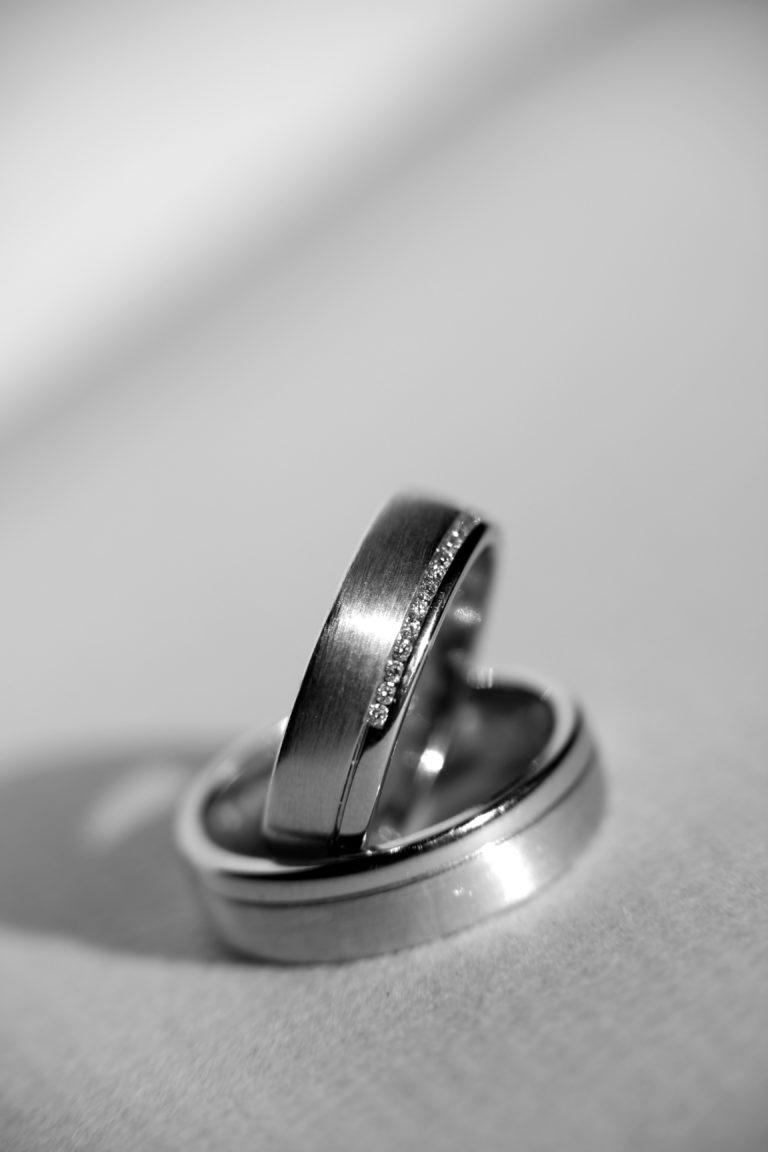 Eheringe-Nahaufnahme-schwarz-weiß