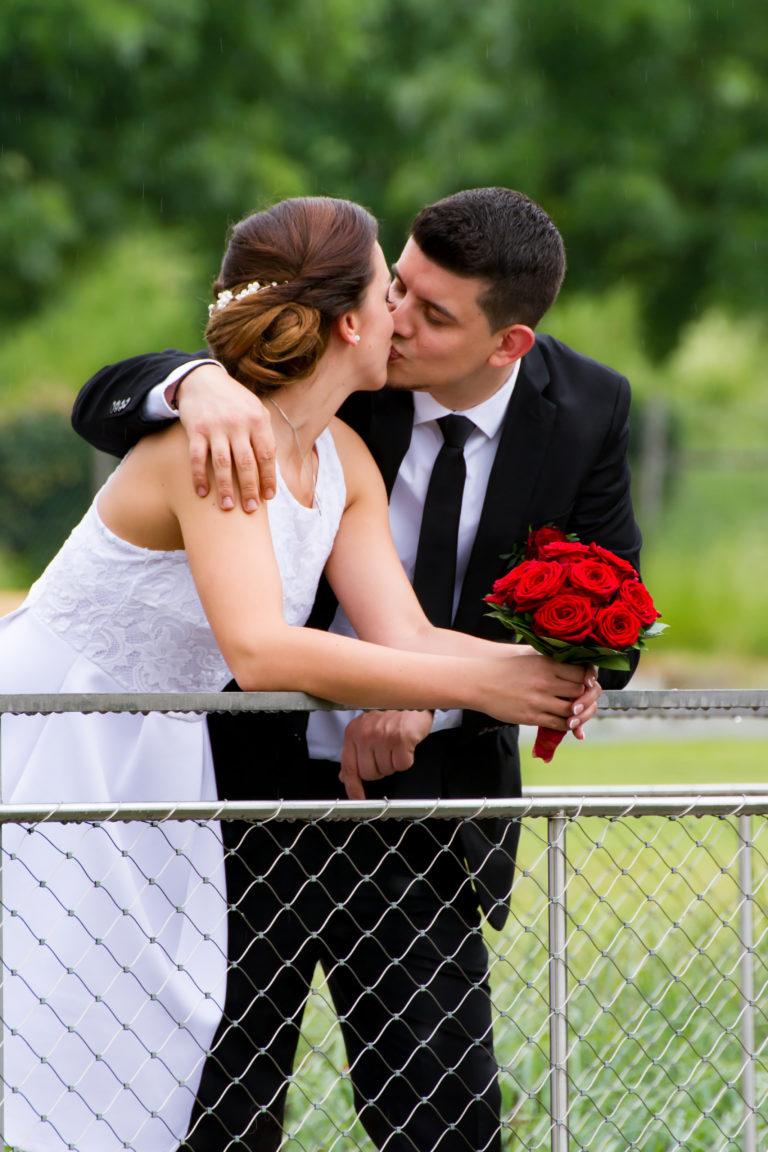 Hochzeitsfotografie-Brautpaar-auf-Steg
